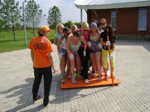 Веревочный курс – классика тимбилдинга, но только со Школой команды «Колесо» вы получаете возможность проходить этот тренинг много раз, участвуя в разных командных заданиях, и получая каждый раз новый опыт командной работы.